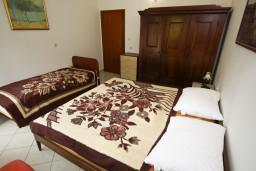 Спальня. Черногория, Каменово : Апартамент с отдельной спальней, с террасой с шикарным видом на море