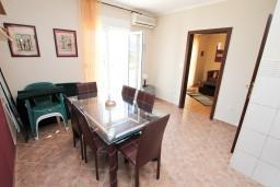 Обеденная зона. Черногория, Нивице : Апартамент с отдельной спальней, с большой террасой с шикарным видом на море, 50 метров до пляжа