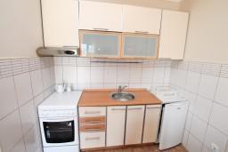 Кухня. Черногория, Нивице : Апартамент с отдельной спальней, с большой террасой с шикарным видом на море, 50 метров до пляжа