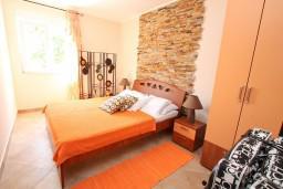 Спальня 3. Черногория, Нивице : Апартамент с отдельной спальней, с большой террасой с шикарным видом на море, 50 метров до пляжа