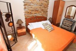Спальня. Черногория, Нивице : Апартамент с отдельной спальней, с большой террасой с шикарным видом на море, 50 метров до пляжа