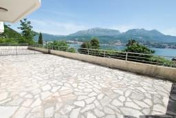 Терраса. Черногория, Нивице : Апартамент с отдельной спальней, с большой террасой с шикарным видом на море, 50 метров до пляжа