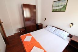 Спальня. Черногория, Петровац : Двухуровневый апартамент с отдельной спальней