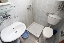 Ванная комната. Черногория, Петровац : Двухуровневый апартамент с отдельной спальней