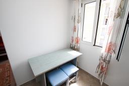 Кухня. Черногория, Петровац : Двухуровневый апартамент с отдельной спальней