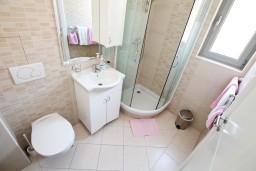 Ванная комната. Черногория, Игало : Студия с балконом в центре Игало