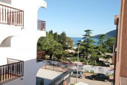 Вид на море. Черногория, Игало : Студия с балконом в центре Игало