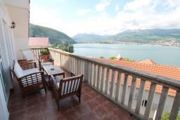 Терраса. Черногория, Нивице : Двухуровневый апартамент для 8-10 человек, с 4-мя отдельными спальнями, с 3-мя ванными комнатами, с террасой с шикарным видом на море и двумя балконами, 150 метров до пляжа