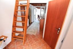 Коридор. Черногория, Нивице : Двухуровневый апартамент для 8-10 человек, с 4-мя отдельными спальнями, с 3-мя ванными комнатами, с террасой с шикарным видом на море и двумя балконами, 150 метров до пляжа