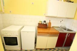 Кухня. Черногория, Игало : Апартамент для 13 человек, с 4-мя отдельными спальнями, с 2-мя ванными комнатами, с террасой