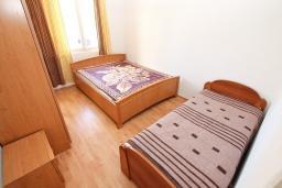 Спальня. Черногория, Игало : Апартамент для 13 человек, с 4-мя отдельными спальнями, с 2-мя ванными комнатами, с террасой