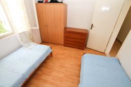 Спальня 2. Черногория, Игало : Апартамент для 13 человек, с 4-мя отдельными спальнями, с 2-мя ванными комнатами, с террасой
