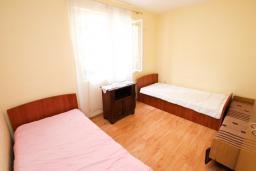 Спальня 4. Черногория, Игало : Апартамент для 13 человек, с 4-мя отдельными спальнями, с 2-мя ванными комнатами, с террасой