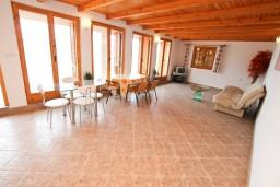 Гостиная. Черногория, Герцег-Нови : 2-х этажный дом с 2-мя отдельными спальнями, с большой гостиной, с бассейном, с террасой со встроенным барбекю и фонтаном