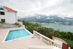 Территория. Черногория, Герцег-Нови : 2-х этажный дом с 2-мя отдельными спальнями, с большой гостиной, с бассейном, с террасой со встроенным барбекю и фонтаном